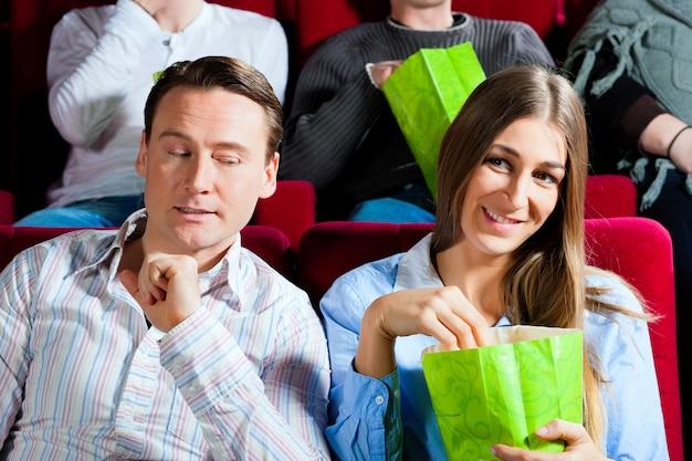 Coppia al cinema con popcorn