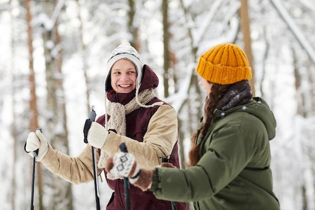 Coppia allegra sci nella foresta
