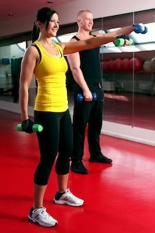 Coppia allenandovi in palestra
