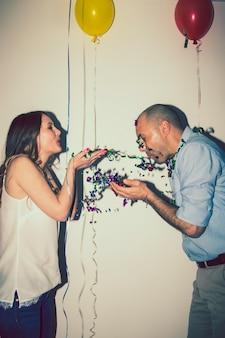 Coppia, amanti, gioco, confetti