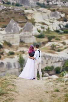 Coppia amorosa di san valentino in abbracci e baci della natura, uomo e donna si amano.