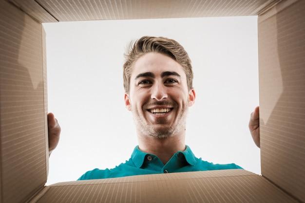 Coppia apertura scatola di cartone molto felice