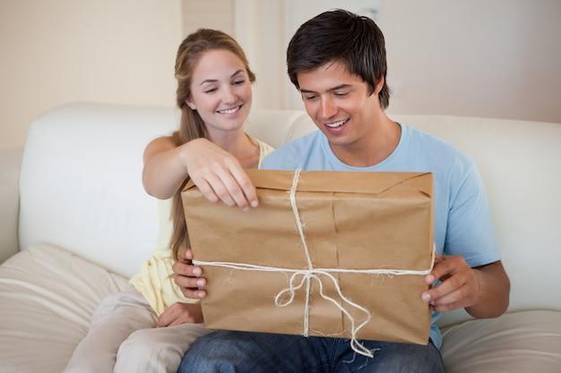 Coppia aprendo un pacco