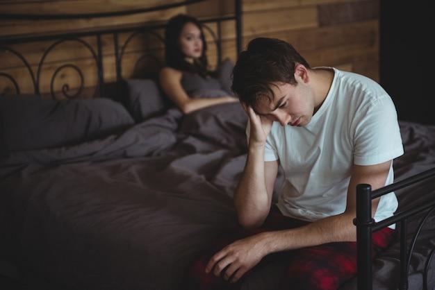Coppia arrabbiata che si ignora a vicenda dopo la lotta sul letto
