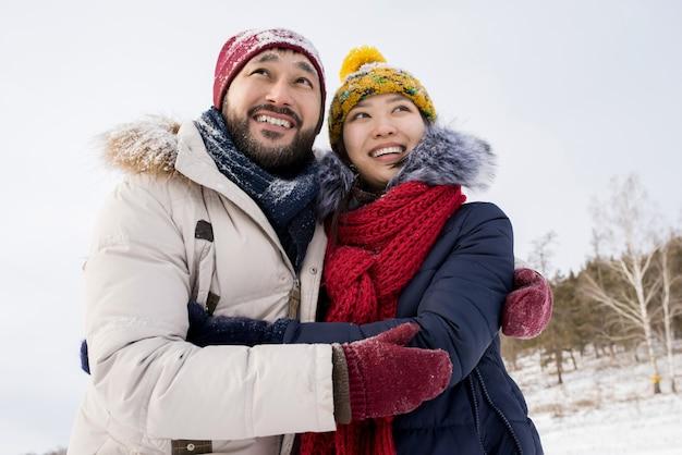 Coppia asiatica in vacanza invernale