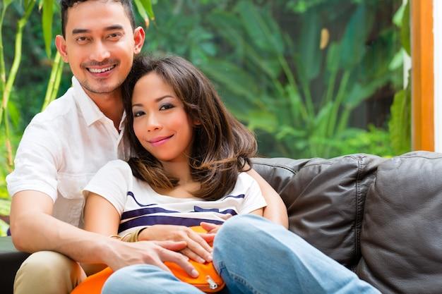 Coppia asiatica sul divano
