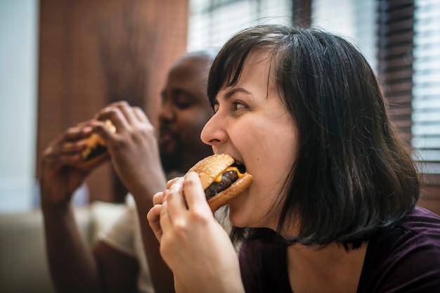 Coppia avendo fast food sul divano