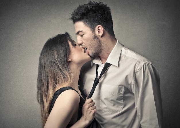 Coppia baciante appassionata