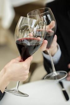 Coppia brindando con bicchieri di vino