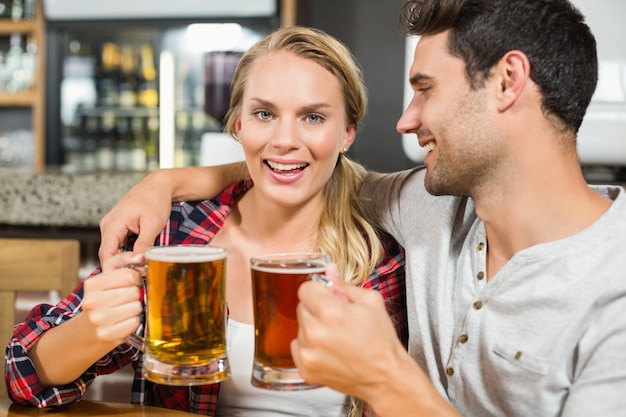 Coppia brindando con birre