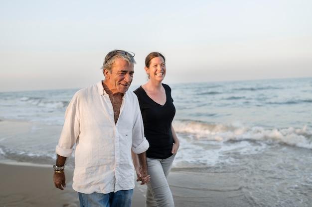 Coppia, camminare, in riva al mare
