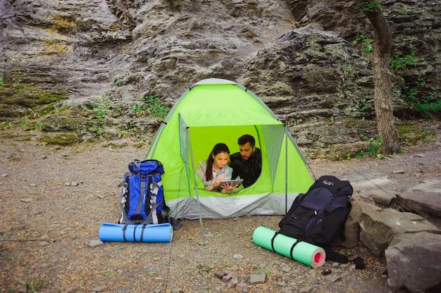 Coppia campeggio in montagna, turisti estivi.