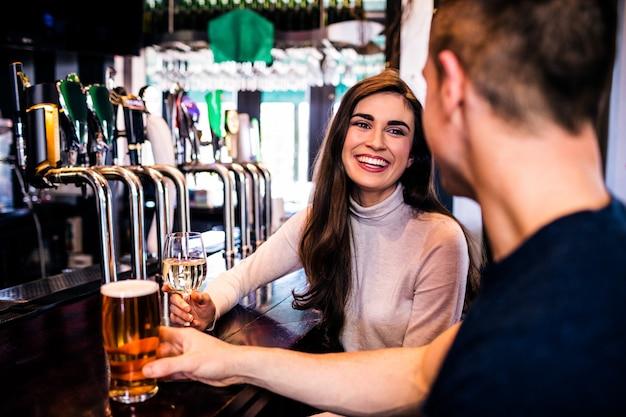 Coppia carina con un drink in un bar
