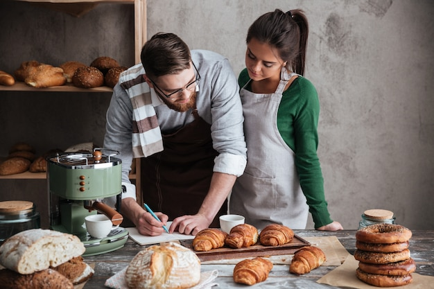 Coppia carina cucina in cucina