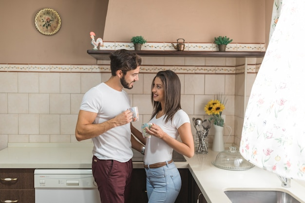Coppia carina facendo colazione in cucina