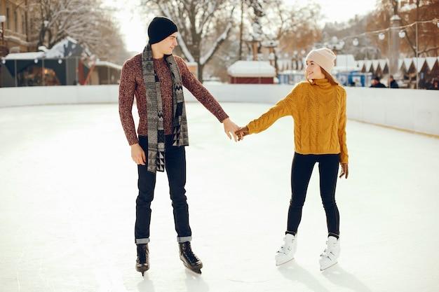 Coppia carina in un'arena di ghiaccio