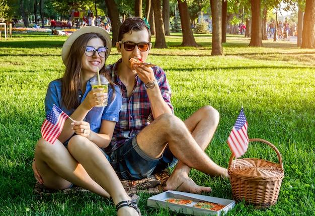 Coppia celebra la festa dell'indipendenza dell'america con un picnic