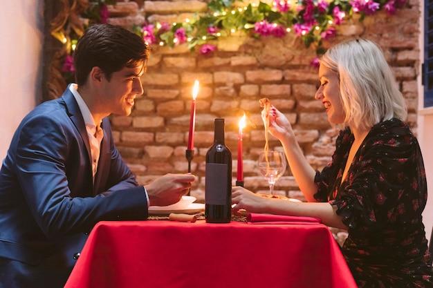 Coppia cenando il giorno di san valentino