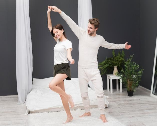 Coppia che balla a casa
