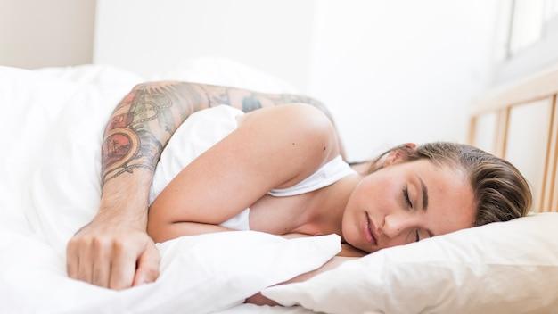 Coppia che dorme insieme sul letto
