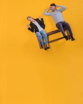 Coppia che galleggia su una panchina