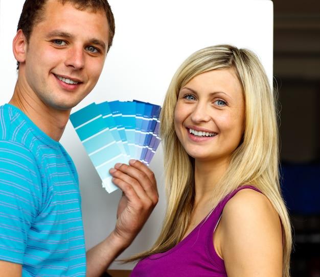 Coppia che sceglie i colori per dipingere casa