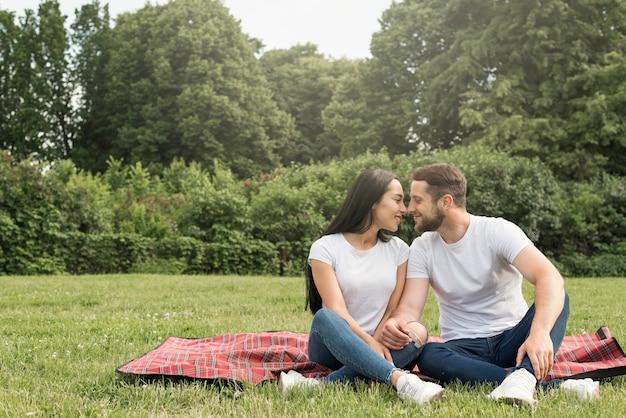 Coppia che si bacia al parco