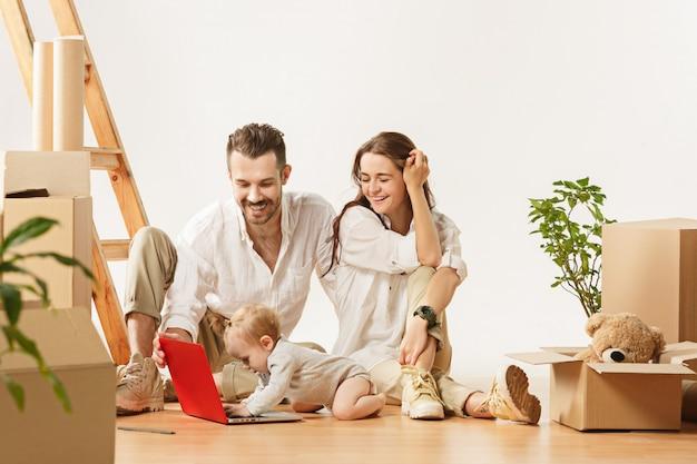 Coppia che si trasferisce in una nuova casa - le persone sposate felici acquistano un nuovo appartamento per iniziare una nuova vita insieme