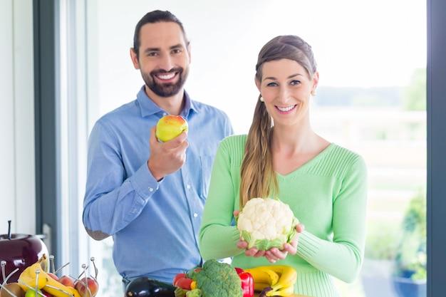 Coppia che vive sana mangiando frutta e verdura