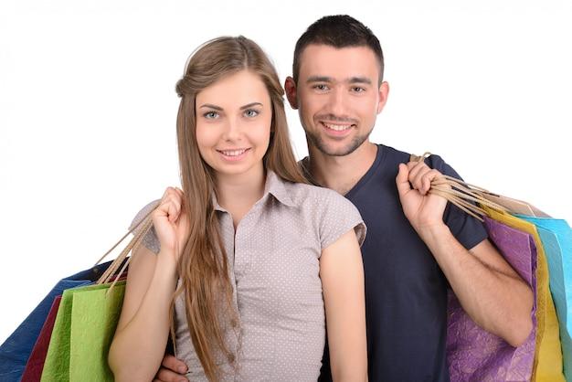 Coppia con borse della spesa