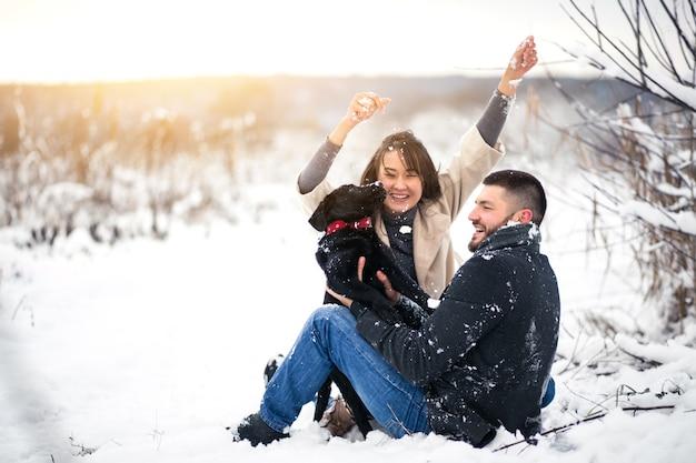 Coppia con cane in inverno