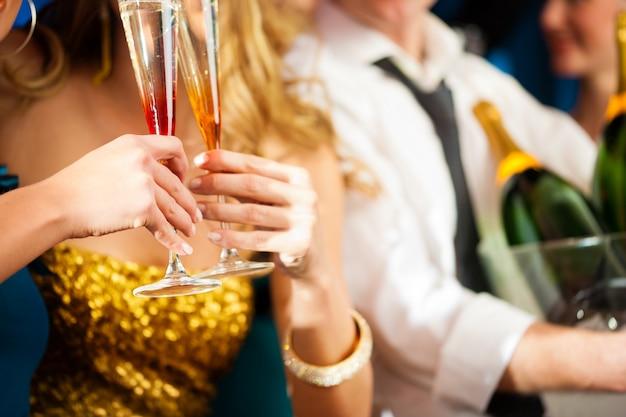 Coppia con champagner in club o festa