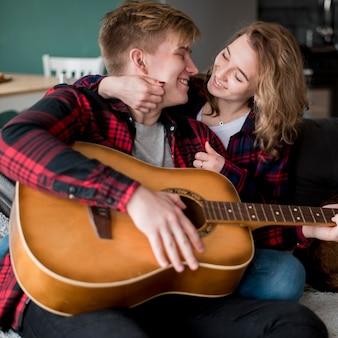 Coppia con chitarra