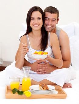 Coppia con colazione nutritiva a letto