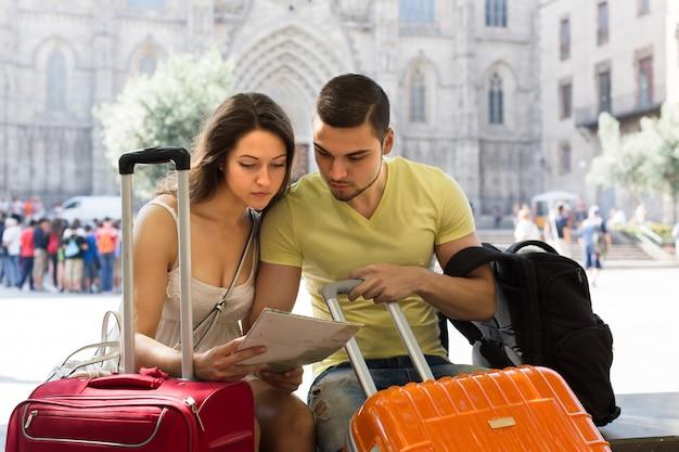 Coppia con mappa di lettura bagagli