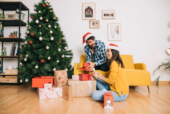 Coppia con scatole regalo a casa
