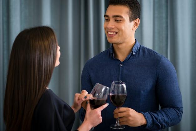 Coppia con un bicchiere di vino insieme