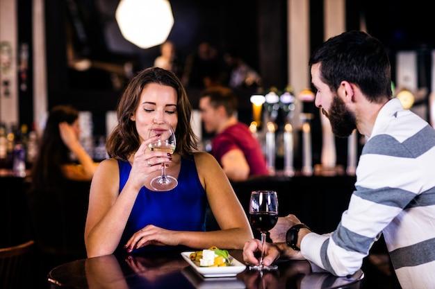 Coppia con un drink in un bar