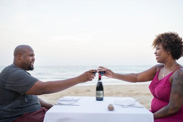 Coppia con una cena romantica in spiaggia
