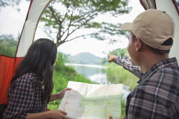 Coppia da campeggio in riva al lago