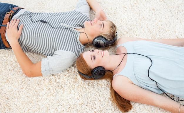 Coppia di adolescenti che ascoltano musica