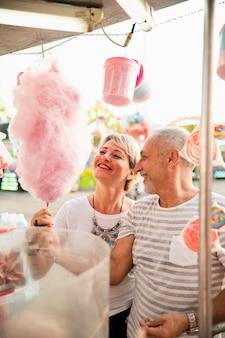 Coppia di alto angolo con zucchero filato rosa