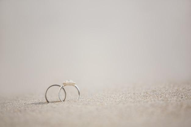 Coppia di anello nuziale sulla sabbia