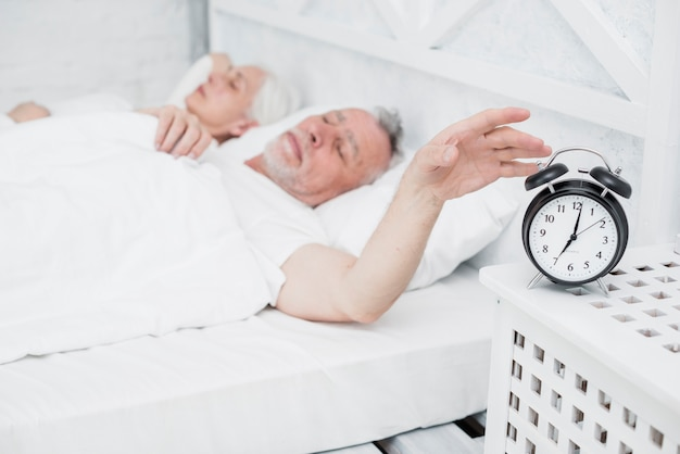 Coppia di anziani che riposa nel letto