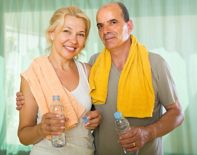 Coppia di anziani dopo l'allenamento