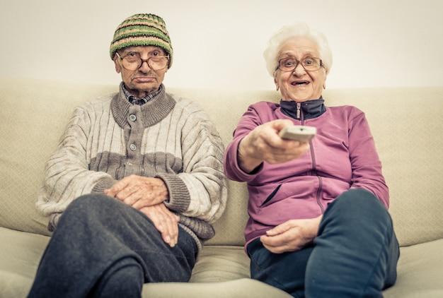 Coppia di anziani e zapping