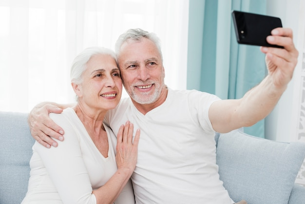 Coppia di anziani facendo un selfie