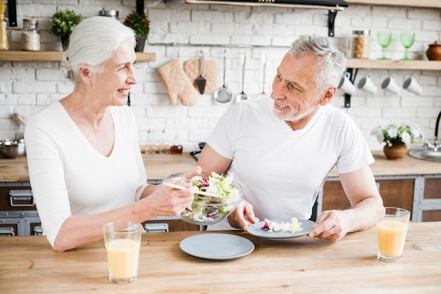 Coppia di anziani in cucina