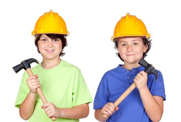 Coppia di bambini con casco e martello