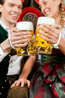 Coppia di bere birra nel birrificio